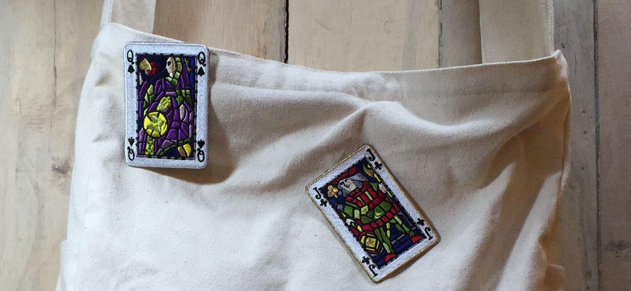 刺繍ブローチワッペンに加工したトランプワッペンを付けたバッグ