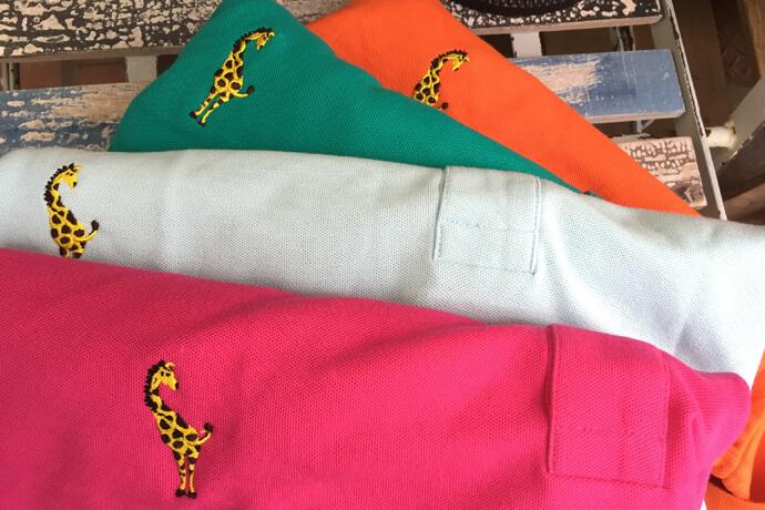 キリンを刺繍したカラフルなポロシャツ