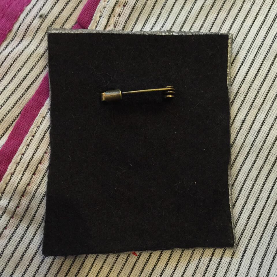 刺繍ワッペンブローチB《フェルト芯補強+ブローチピン》の背面