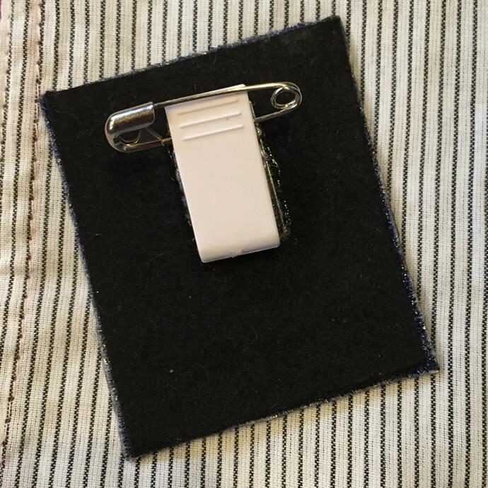 刺繍ワッペンブローチC《フェルト芯補強+安全ピン付きクリップ》の背面