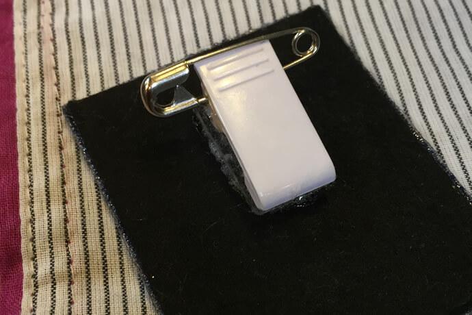 安全ピン付きクリップで作った刺繍ブローチの背面アップ