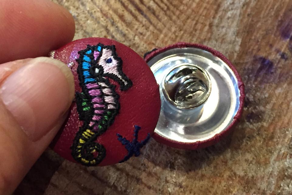 タツノオトシゴの刺繍くるみボタンにクラッチ&ピンを取り付ける