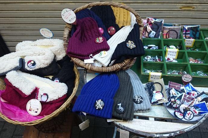 刺繍ブローチとネックウォーマー、ニット帽 平成27年12月20日(日)のハモニカ朝市風景