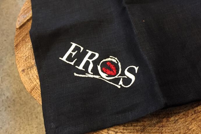 オーダーメイドの書体でerosと刺繍したクロス