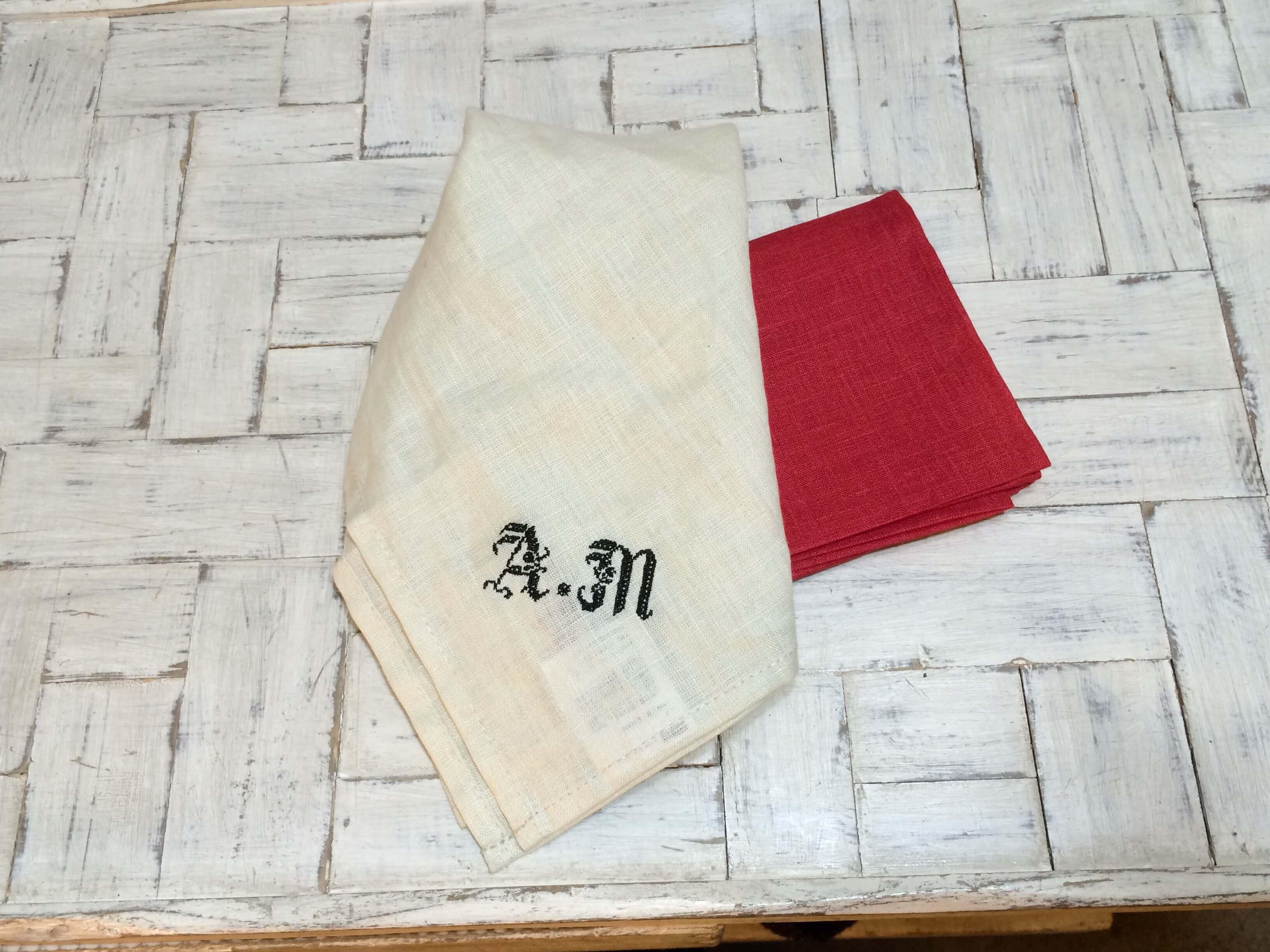 リネンハンカチ:黒糸イニシャルクロスステッチ刺繡ハンドRedハンカチ