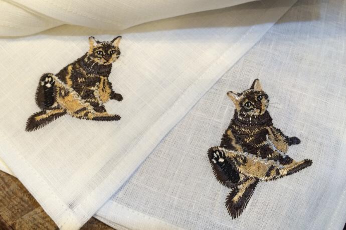 ペットの猫の写真を図案化したオーダーメイド刺繍ハンカチ