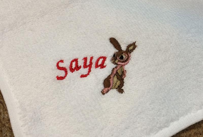 うさぎの刺繍図案とSayaとネーム刺繍した名前入りハンカチのサンプル