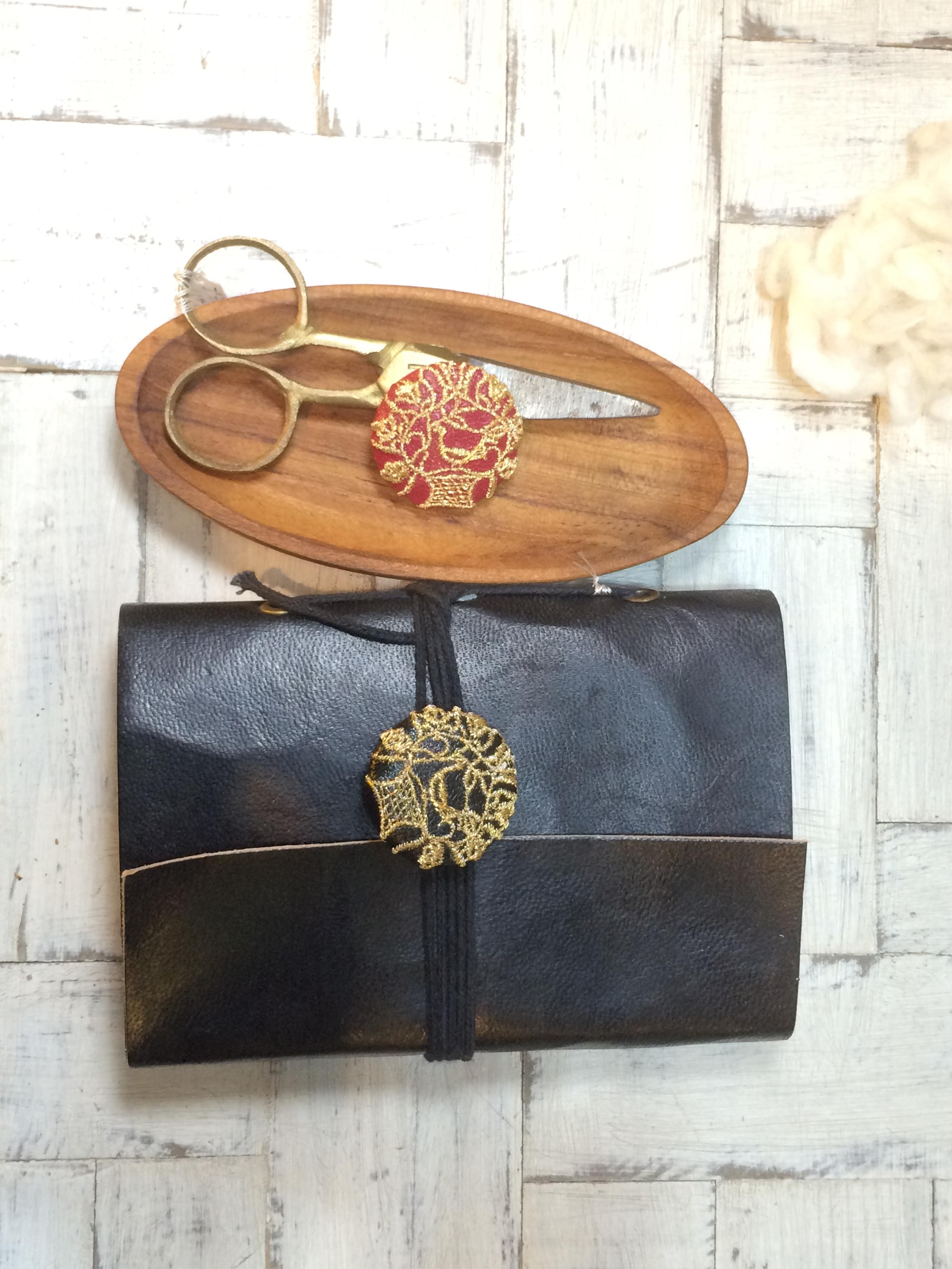 鳥カゴ[金]刺繍くるみボタン黒革の手帳