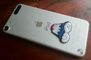iPod touchに富士山の刺繍ステッカーを貼ってみる