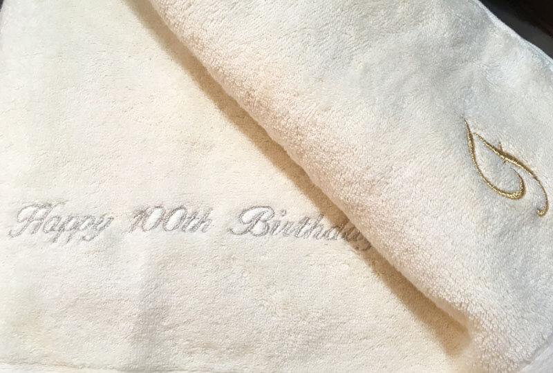 happy 100th birthday と名入れ刺繍したバスタオル:100歳のバースデープレゼント