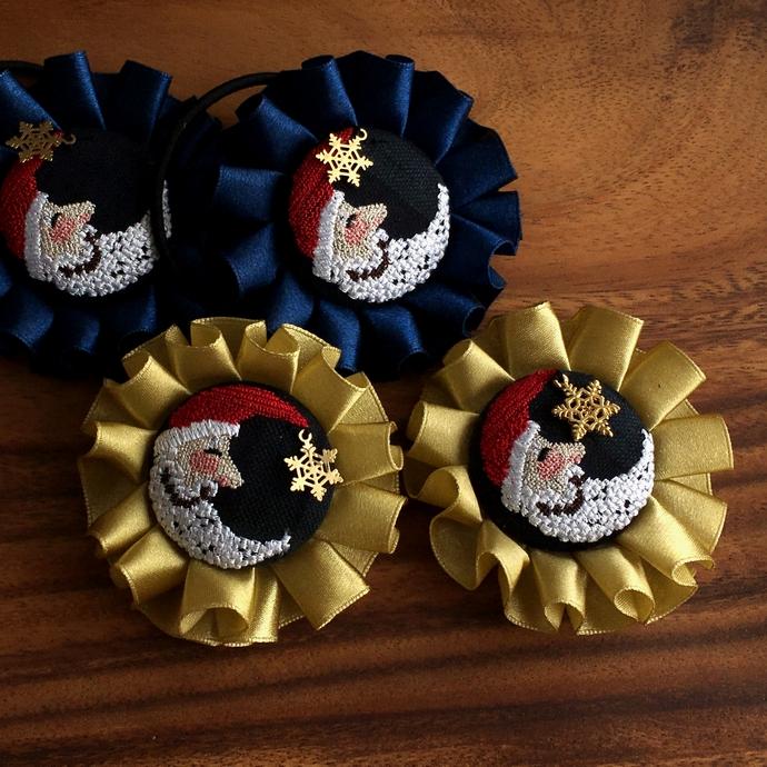 サンタムーン刺繍のロゼットブローチとヘアゴムアップ