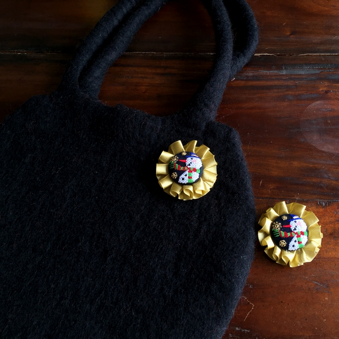 スノーマンスノー刺繍ロゼットブローチフェルトバック