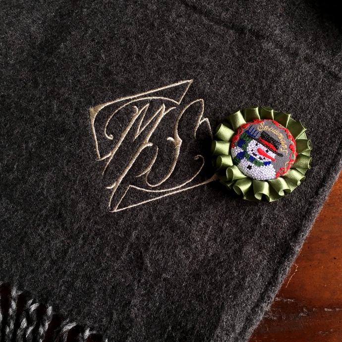 スノーマンスマイル刺繍ロゼットブローチ48モノグラム刺繍したミミ子愛用ショールへ。