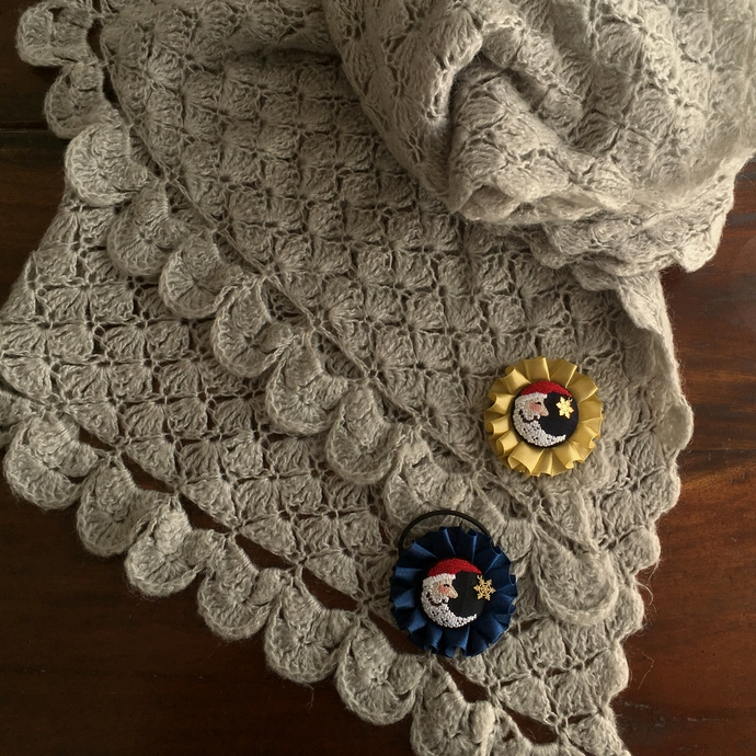 サンタムーン刺繍のロゼットグレーのショール