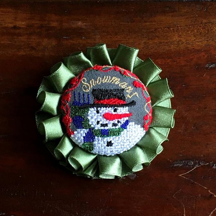 スノーマンスマイル刺繍ロゼットブローチ48アップ1個