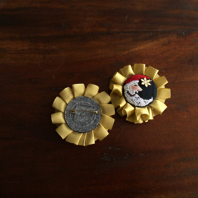 サンタムーン刺繍のロゼットブローチ背面加工