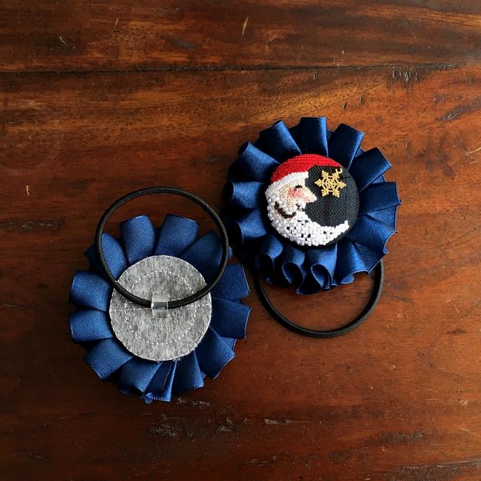サンタムーン刺繍のロゼットヘアゴム背面加工