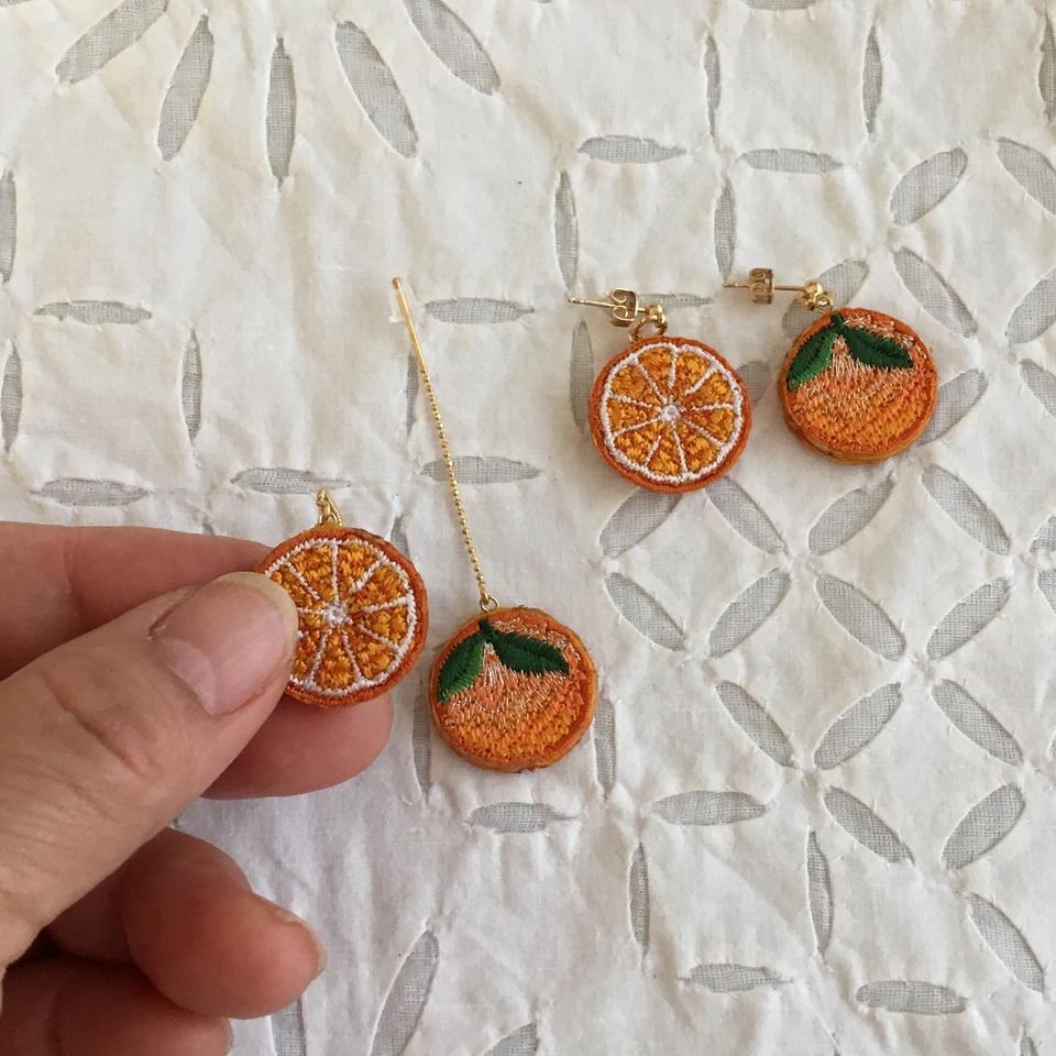 オレンジ刺繍ピアスハンド