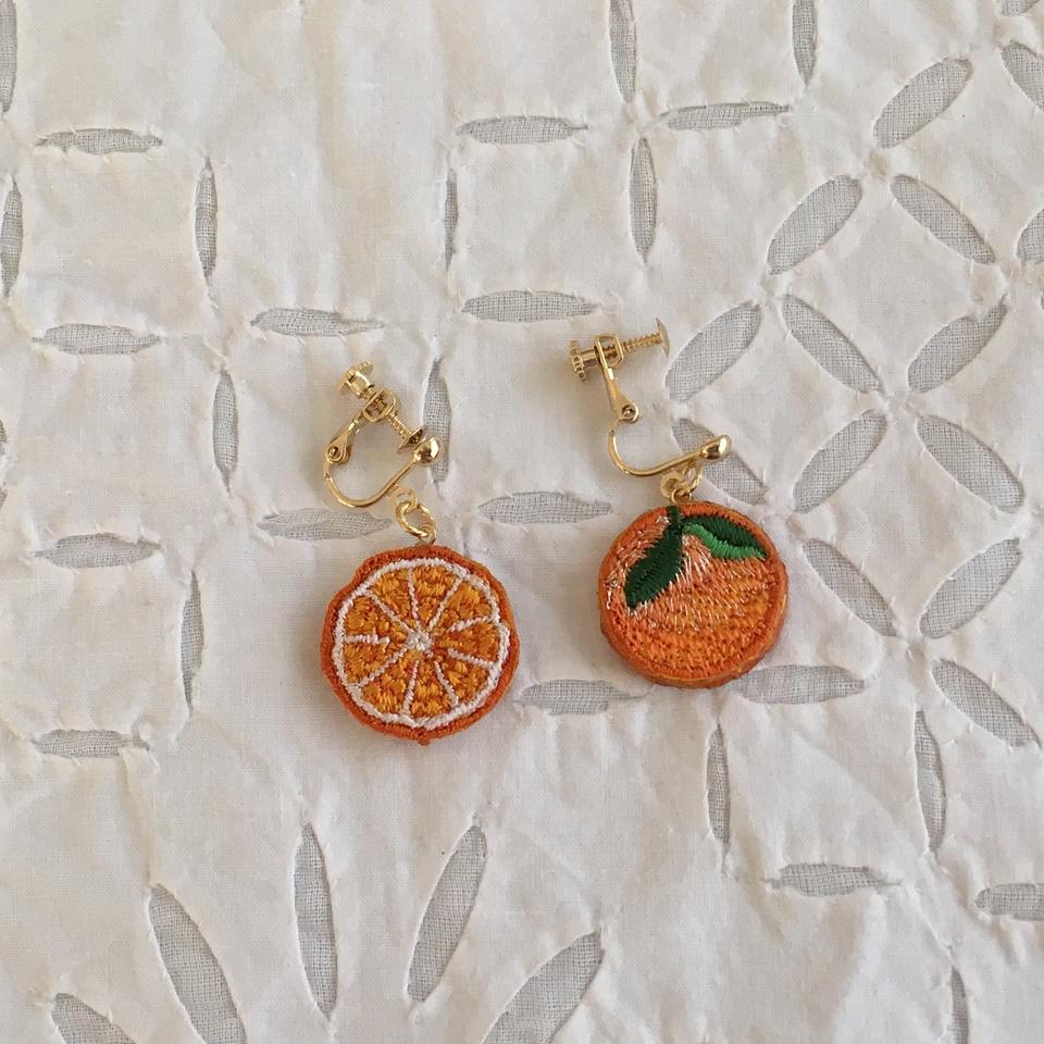 オレンジ刺繍イヤリング