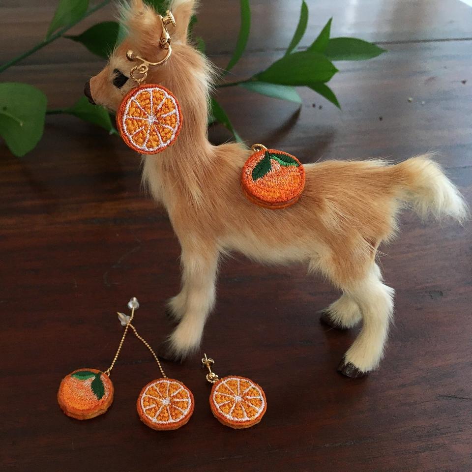 オレンジ刺繍ピアス・イヤリング子鹿1