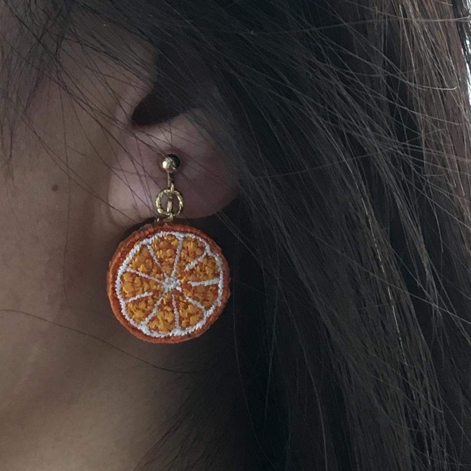 オレンジ刺繍ピアス・イヤリング試着表