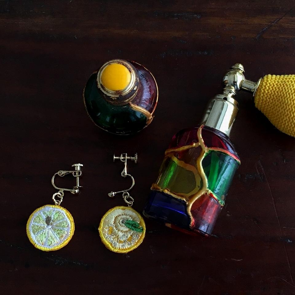 レモン刺繍イヤリングを香水瓶と