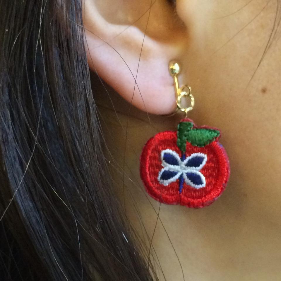 りんご刺繍イヤリング試着
