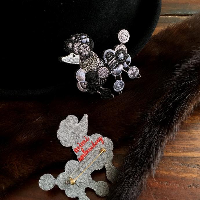 プードル刺繍ブローチBK背面加工・帽子