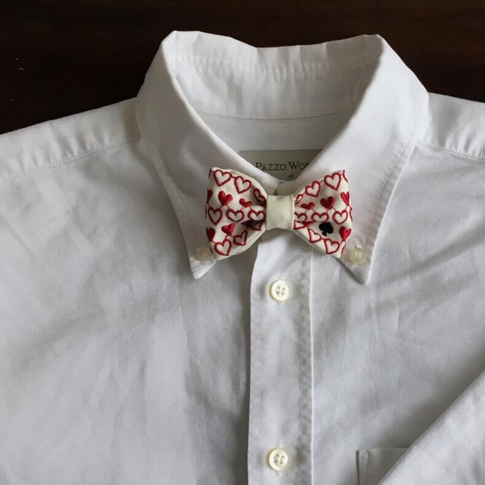 刺繍の蝶ネクタイ/トランプカードシャツへ白