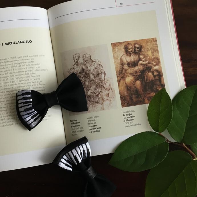 刺繍の蝶ネクタイ/ピアノ文具
