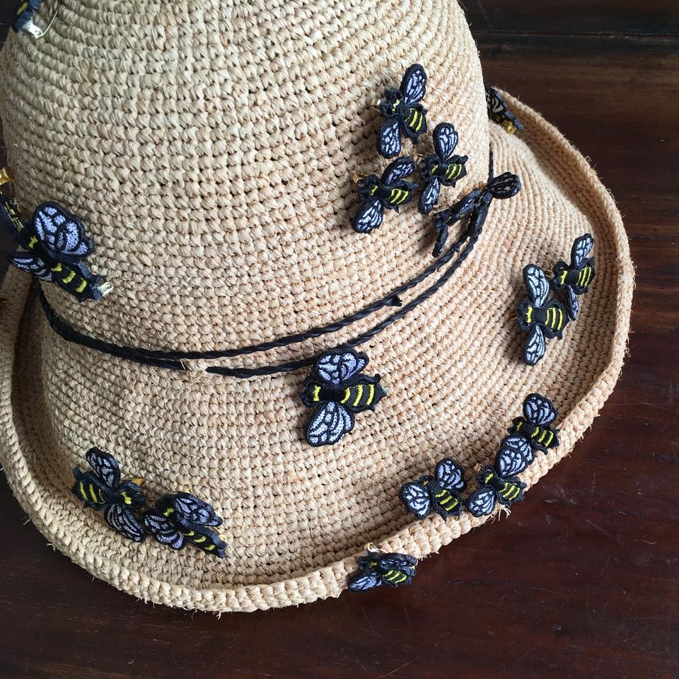 ミツバチ刺繍ブローチ帽子へ