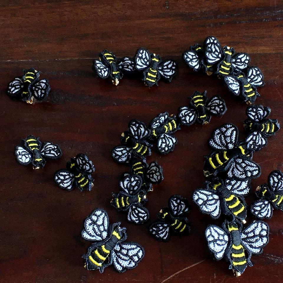 ミツバチ刺繍ブローチ集合写真
