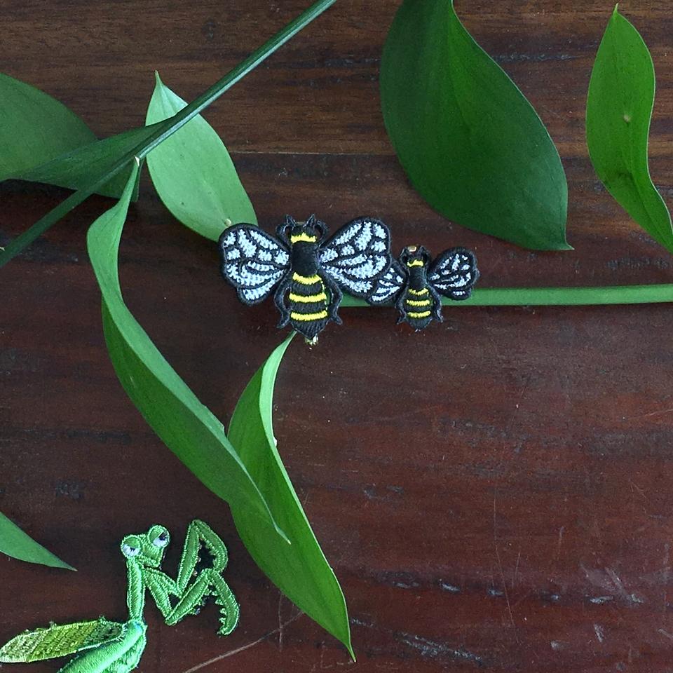 ミツバチ刺繍ブローチ枝とアップ