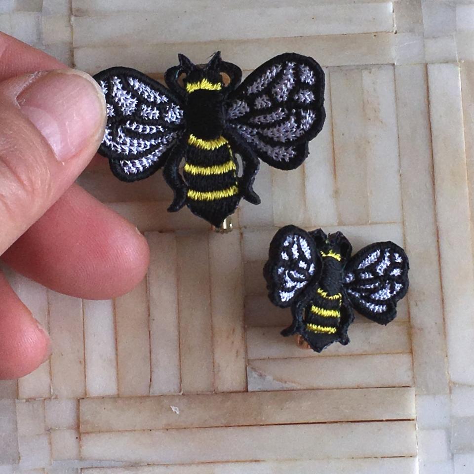 ミツバチ刺繍ブローチハンド