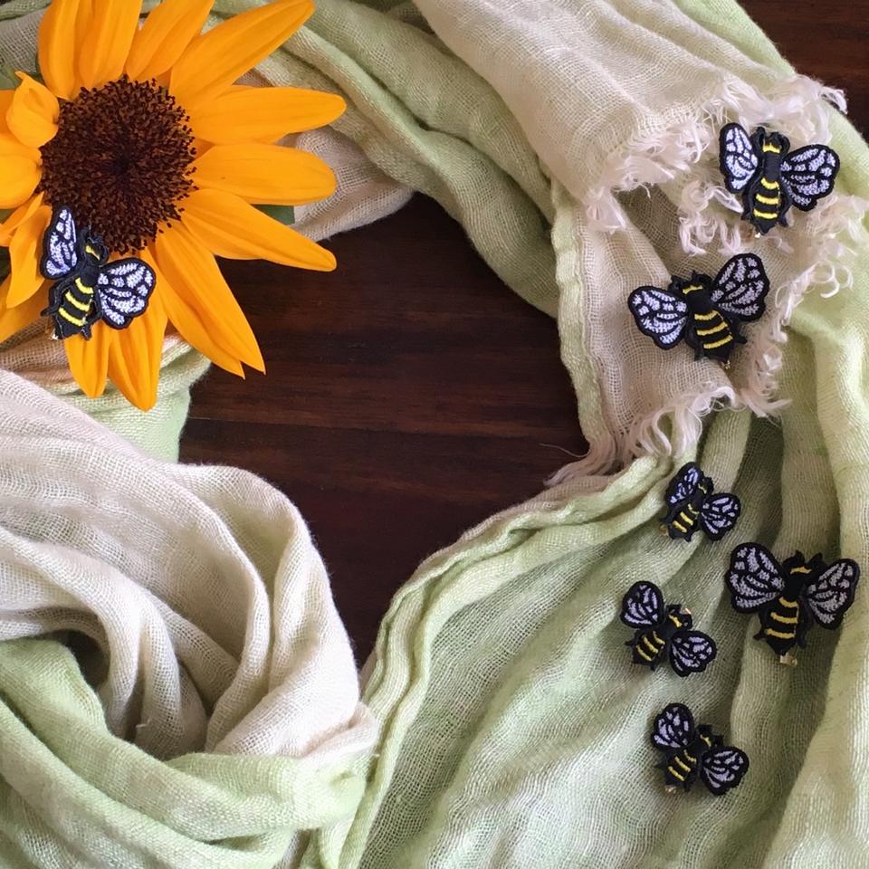 ミツバチ刺繍ブローチをストールへ