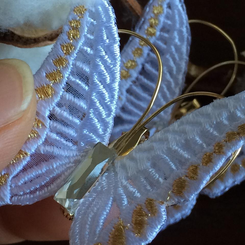 蝶々刺繍ブローチ/ハンドとコットンWhiteアップ
