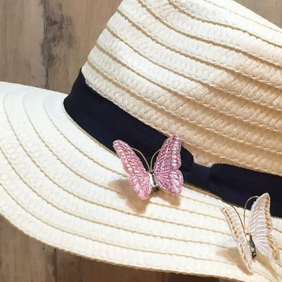 バタフライエフェクト-刺繍ブローチ帽子ピンク・白