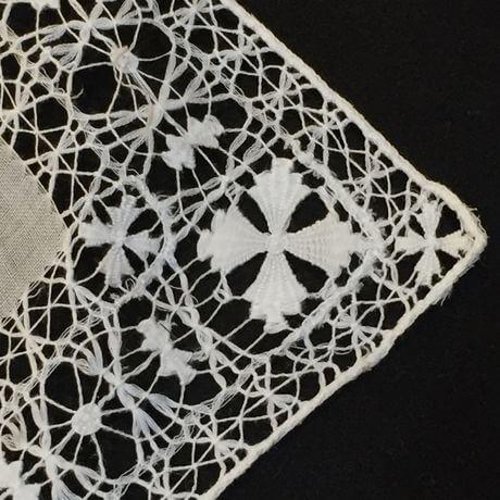 Buranoハンドワーク刺繡ハンカチーフ:クロスフラワー角アップ