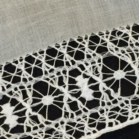 Buranoハンドワーク刺繡ハンカチーフ:クロスフラワーサイドアップ