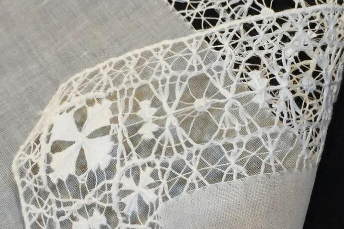 Buranoハンドワーク刺繡ハンカチーフ:クロスフラワー裏