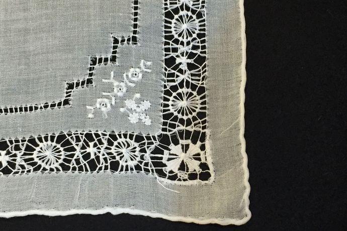 Buranoハンドワーク刺繡ハンカチーフ:サークルフラワー角