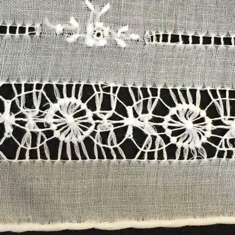 Buranoハンドワーク刺繡ハンカチーフ:サークルフラワーサイド