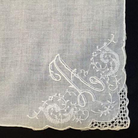 Buranoハンドワーク刺繡ハンカチーフ:イニシャル Aアップ