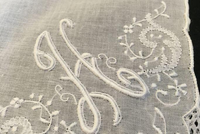 Buranoハンドワーク刺繡ハンカチーフ:イニシャル HクローズアップHH