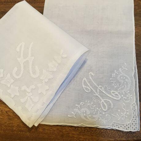 Buranoハンドワーク刺繡ハンカチーフ:イニシャル Hx460