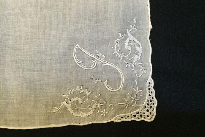 Buranoハンドワーク刺繡ハンカチーフ:イニシャル Iアップ