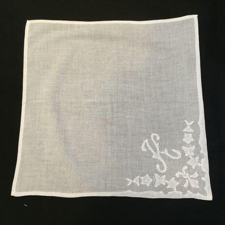 Buranoハンドワーク刺繡ハンカチーフ:イニシャル K正方形