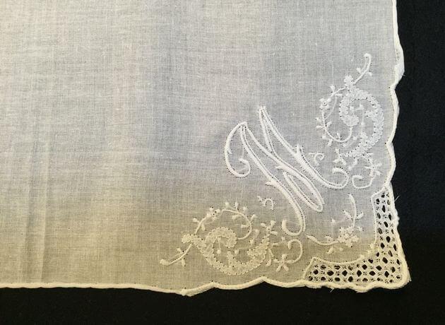 Buranoハンドワーク刺繡ハンカチーフ:イニシャル Mアップ