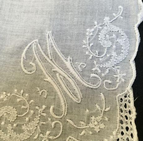 Buranoハンドワーク刺繡ハンカチーフ:イニシャル Mクローズアップ