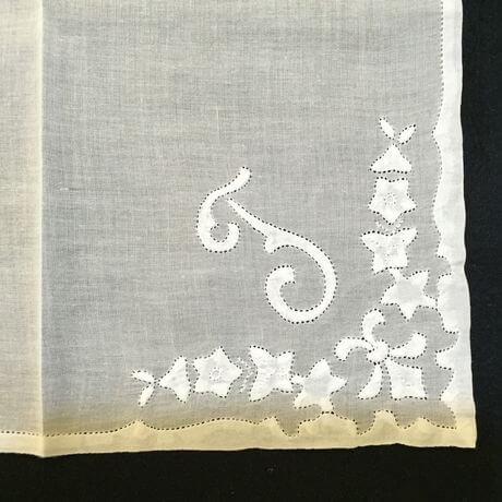 Buranoハンドワーク刺繡ハンカチーフ:イニシャル Tアップ